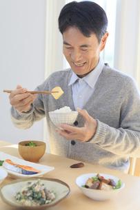 朝食を食べる中年男性の写真素材 [FYI04331000]