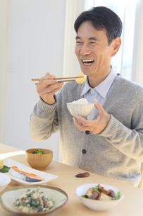 朝食を食べる中年男性の写真素材 [FYI04331002]
