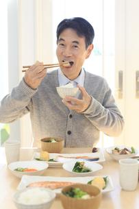 朝食を食べる中年男性の写真素材 [FYI04331003]