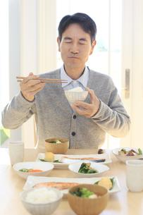 朝食を食べる中年男性の写真素材 [FYI04331005]