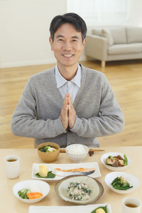 朝食を食べる中年男性の写真素材 [FYI04331006]