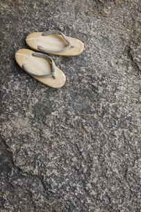 岩の上に置かれた雪駄の写真素材 [FYI04331028]