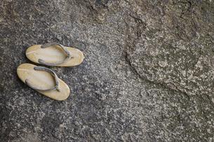 岩の上に置かれた雪駄の写真素材 [FYI04331029]