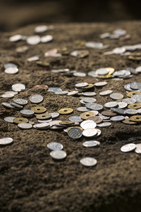 岩の上に置かれた小銭の写真素材 [FYI04331032]