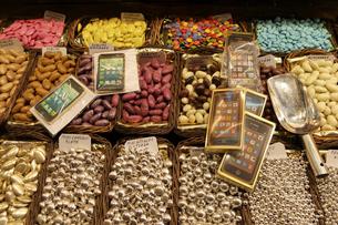 量り売りのチョコレートの写真素材 [FYI04331248]