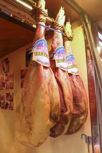 肉屋に吊るされた肉の写真素材 [FYI04331253]