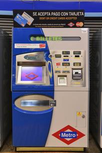 マドリード地下鉄の券売機の写真素材 [FYI04331447]