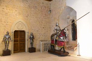 セゴビア城に展示された銅像の写真素材 [FYI04331528]