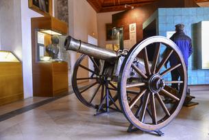 セゴビア城に展示された大砲の写真素材 [FYI04331537]