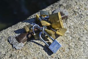 アルカンタラ橋につけられた南京錠の写真素材 [FYI04331594]