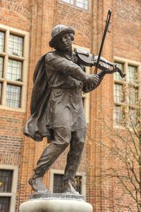バイオリン弾きの像の写真素材 [FYI04331925]