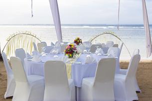 ビーチに置かれた椅子とテーブルの写真素材 [FYI04332119]