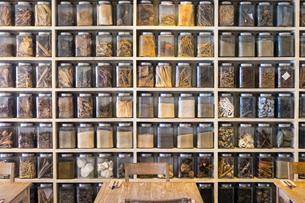 棚に並ぶスパイスの写真素材 [FYI04332155]