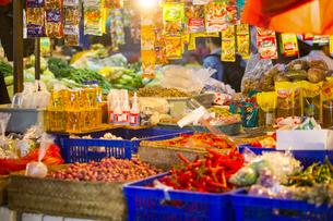 デンパサールの食料品店の写真素材 [FYI04332251]