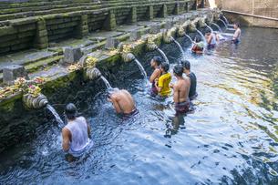 沐浴する人々の写真素材 [FYI04332267]