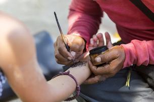 ヘナタトゥーをする女性の写真素材 [FYI04332313]