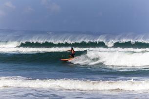 クタビーチのサーファーの写真素材 [FYI04332317]