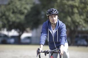 自転車に乗る男性の写真素材 [FYI04332499]