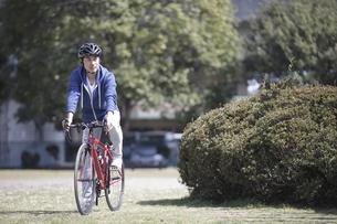 自転車に乗る男性の写真素材 [FYI04332501]