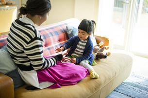 じゃんけんをする母親と女の子の写真素材 [FYI04332583]