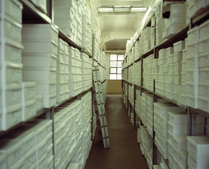 Shoe boxes in storage rackの写真素材 [FYI04332680]