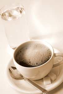 Coffee and glass of waterの写真素材 [FYI04332704]