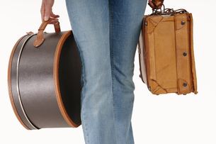 Woman carrying suitcase, close-upの写真素材 [FYI04332711]
