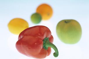 Red bell pepper, Apple, Lemon, Orange, close-upの写真素材 [FYI04332718]