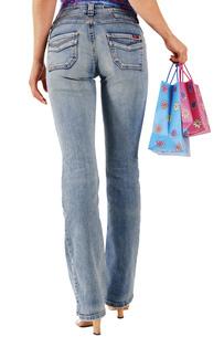 Young woman carrying shopping bagsの写真素材 [FYI04332721]