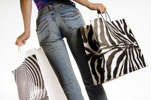 Woman carrying shopping bagsの写真素材 [FYI04332729]