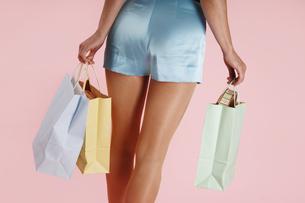 Woman carrying shopping bagsの写真素材 [FYI04332731]