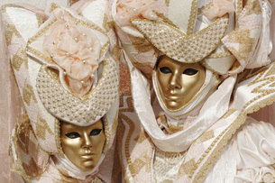 Italy, Venice, masked personsの写真素材 [FYI04332754]