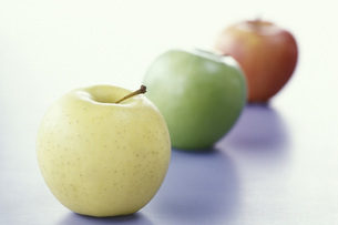 Apples in a line, close-upの写真素材 [FYI04332755]