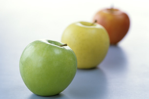 Apples in a line, close-upの写真素材 [FYI04332757]