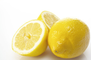 Fresh lemons, close-upの写真素材 [FYI04332791]