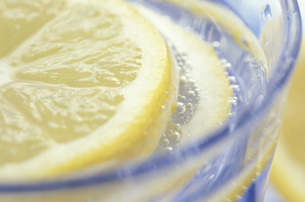 Lemon slice in glass of ice, close-upの写真素材 [FYI04332811]