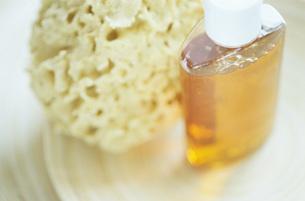 Body wash and spongeの写真素材 [FYI04332818]