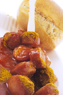 Currywurst (sausage with ketchup & curry powder) with breadの写真素材 [FYI04332866]