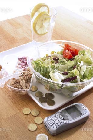 Salad on plastic plateの写真素材 [FYI04332877]