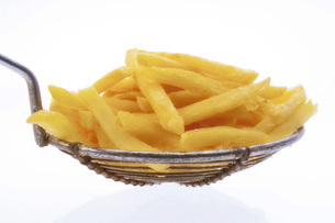 dipper with chips, cut-out, white backgroundの写真素材 [FYI04332887]