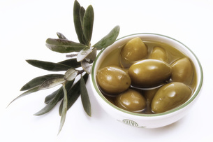 Olives in bowl and leaves, close-upの写真素材 [FYI04332898]