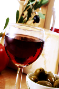 A glass of red wine and green olivesの写真素材 [FYI04332901]