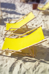 Two yellow deck-chairsの写真素材 [FYI04332903]