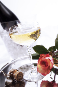 Champagne with roseの写真素材 [FYI04332915]