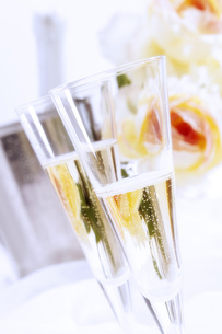Two glasses of champagneの写真素材 [FYI04332916]