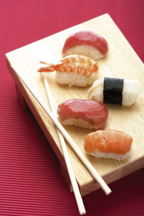 Sushi on wooden plateの写真素材 [FYI04332954]