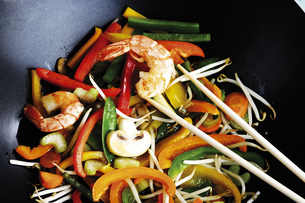 Vegetables and prawn cooked in wok with chopping sticksの写真素材 [FYI04332969]