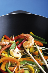 Vegetables and prawn cooked in wok with chopping sticksの写真素材 [FYI04332970]