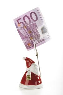 Santa Claus Figurine holding Euro noteの写真素材 [FYI04332996]