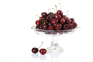 Fresh cherries in bowl, close-upの写真素材 [FYI04333010]